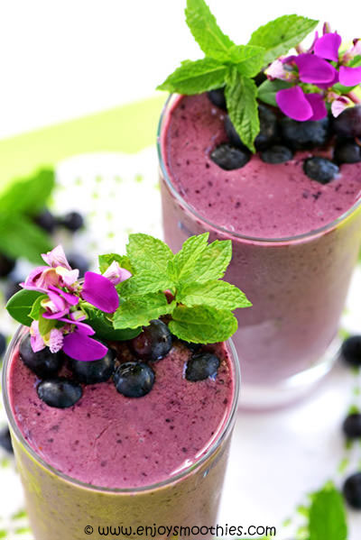 acai smoothie with blueberries