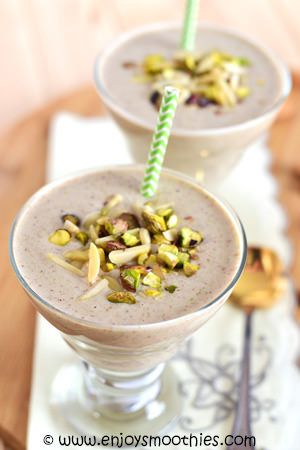 apple pie smoothie with chopped nuts