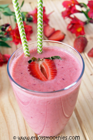 Cranberry berry smoothie with lime