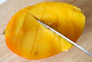 cutting mango into segments