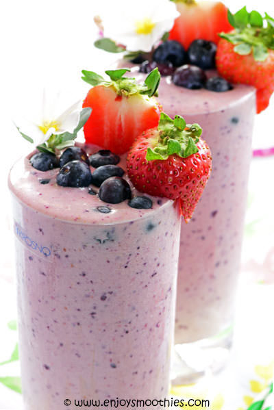 strawberry blueberry smoothie topped with fresh fruit