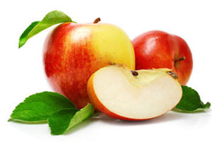 red apples for smoothie making